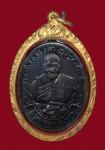 เหรียญบูชาครู รุ่นแรก หลวงพ่อเปิ่น วัดบางพระ ปี2533 (เหรียญเสื้อเกาะ) พร้อมเลี่ยมทอง