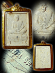 พระผงนั่งตั่งรุ่นแรกหลวงปู่หมุน ฐิตตสีโลปี45(เลี่ยมทอง)มีเกศา เม็ดหมากคำโตๆ